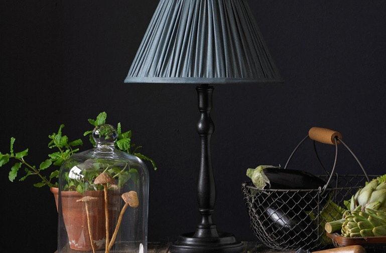 Foto ©Pooky: sophie table lamp in ebony
