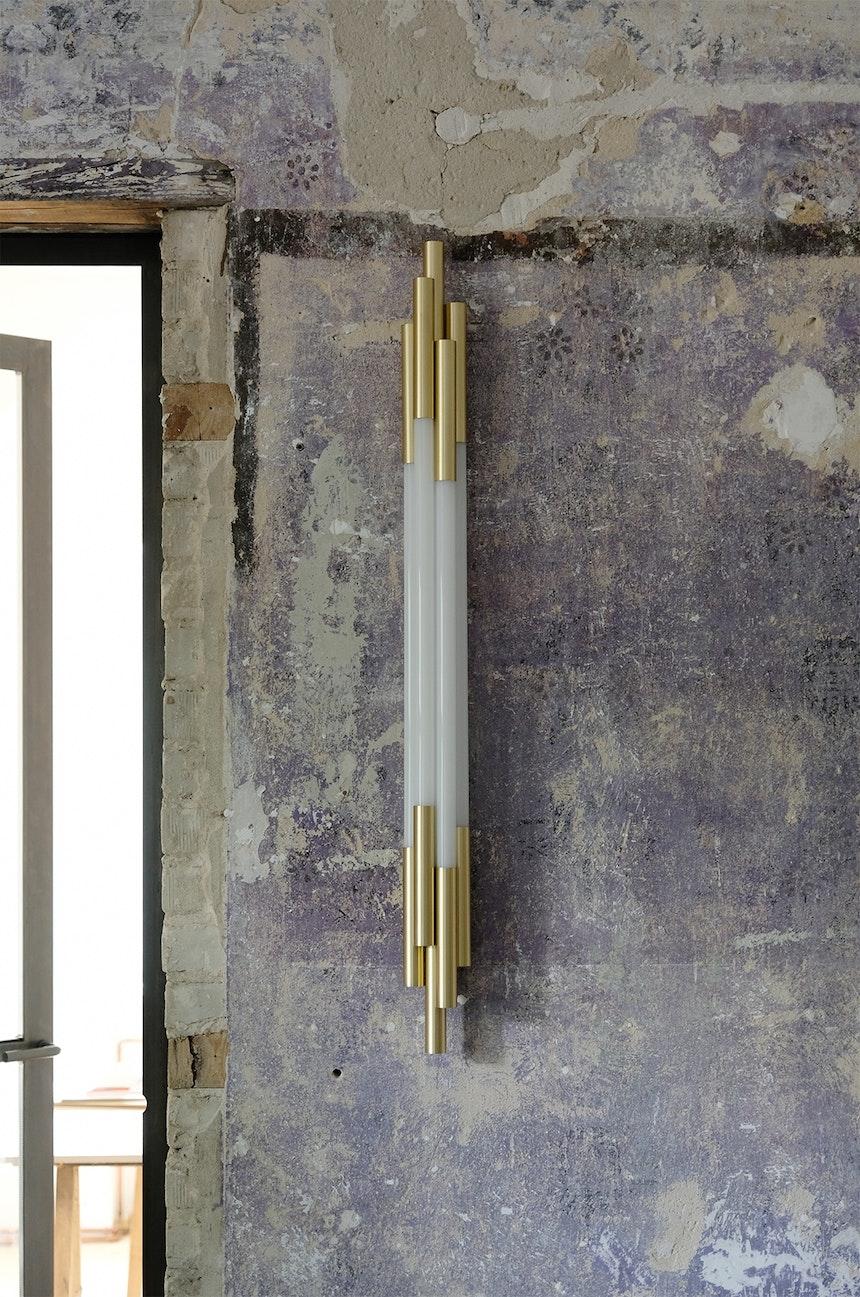Perfect match – Die Wandleuchte Org auf der freigelegten lila Wand des Büros