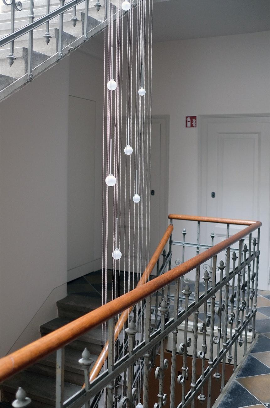 Das alte Treppenhaus ist im Original erhalten und wurde lediglich durch neue (Licht)Technik, flächenbündige Türen zu den Suiten und einen Aufzug auf modernen Standard gebracht