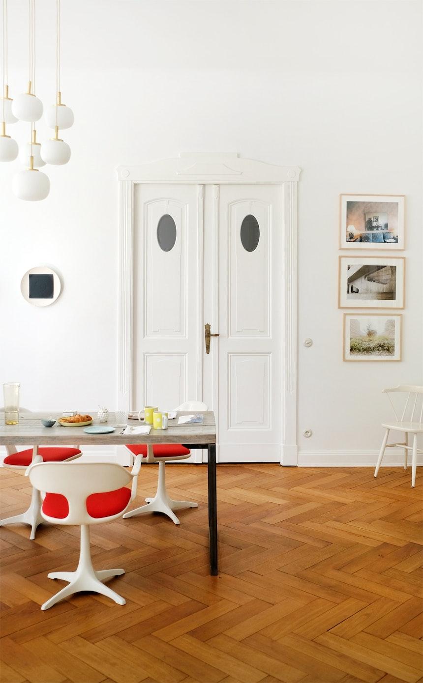 Arbeiten und Gäste empfangen am langen, schmalen Tisch des Berliner Designlabels Llot Llov