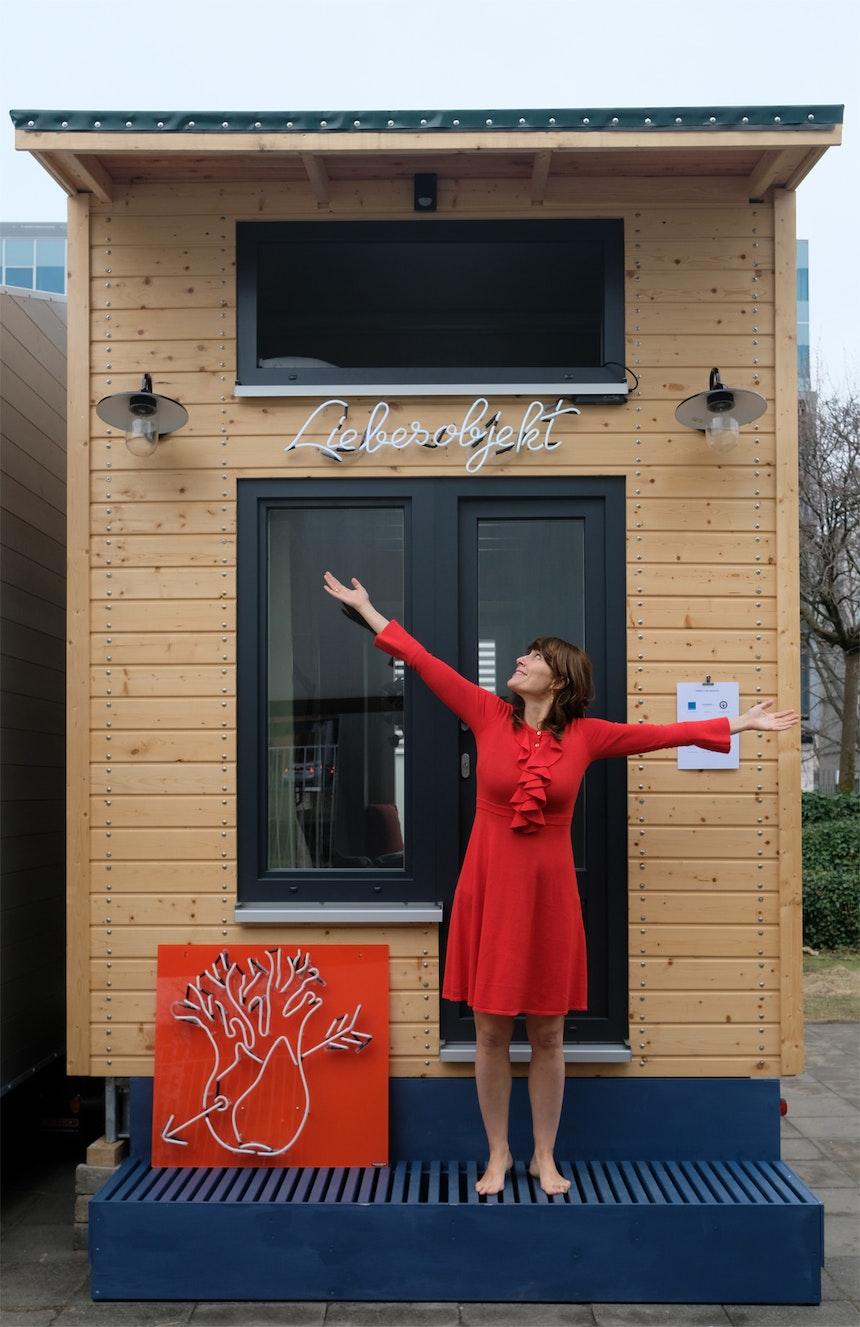 Luise präsentiert stolz den Fenchel (Luises Museumslogo) und die Neonschrift »Liebesobjekt«. Beides vom Berliner Unternehmen Neonbär angefertigt