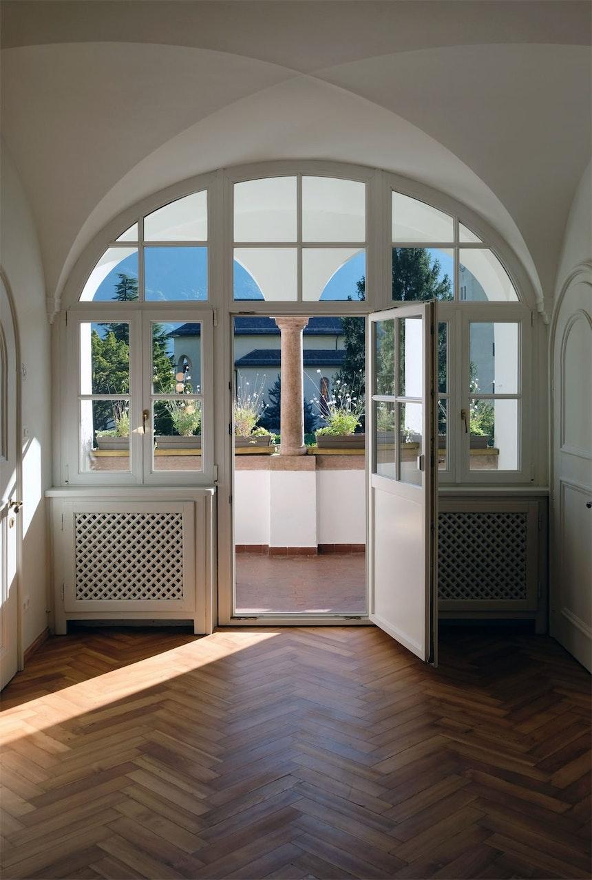 Kreuzgewölbe & Loggia – Bis heute ist der Ausblick auf Garten, Dorfkirche und Berge unverändert schön