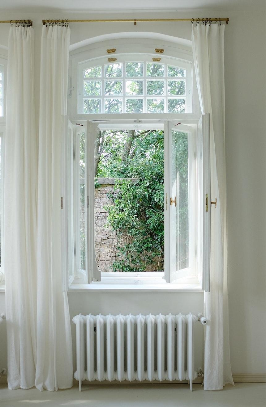 Um mehr Licht ins Haus gelangen zu lassen, wurden (nach Original-Entwürfen) zwei weitere Fenster in die Westseite der Villa eingebaut