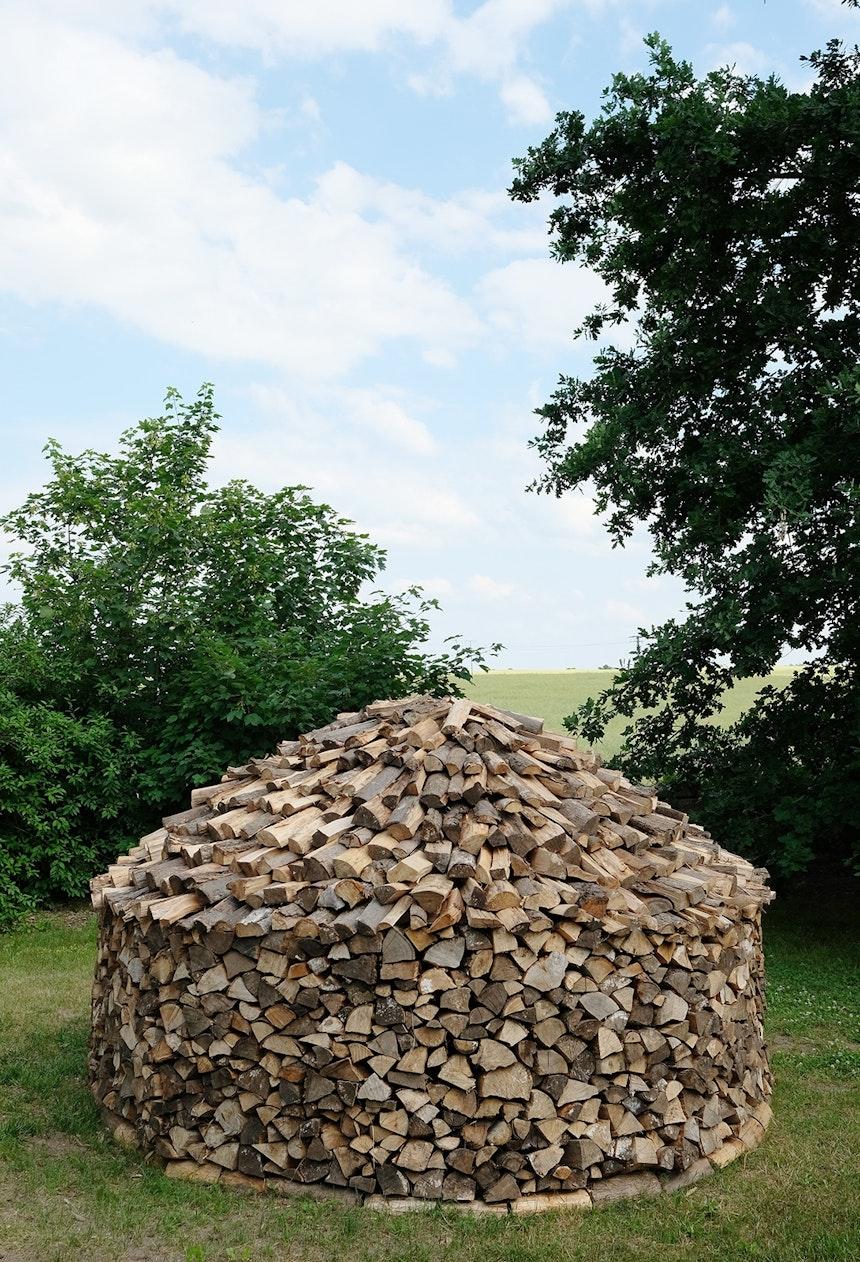 Kunstvoll gestapeltes Feuerholz