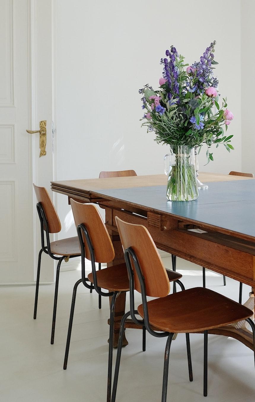 Das Esszimmer schließt sich gleich hinter der Küche an, Tisch & Schwedische Schulhausstühle sind Vintagefunde, die von den Eigentümern über Monate gesucht und gesammelt wurden
