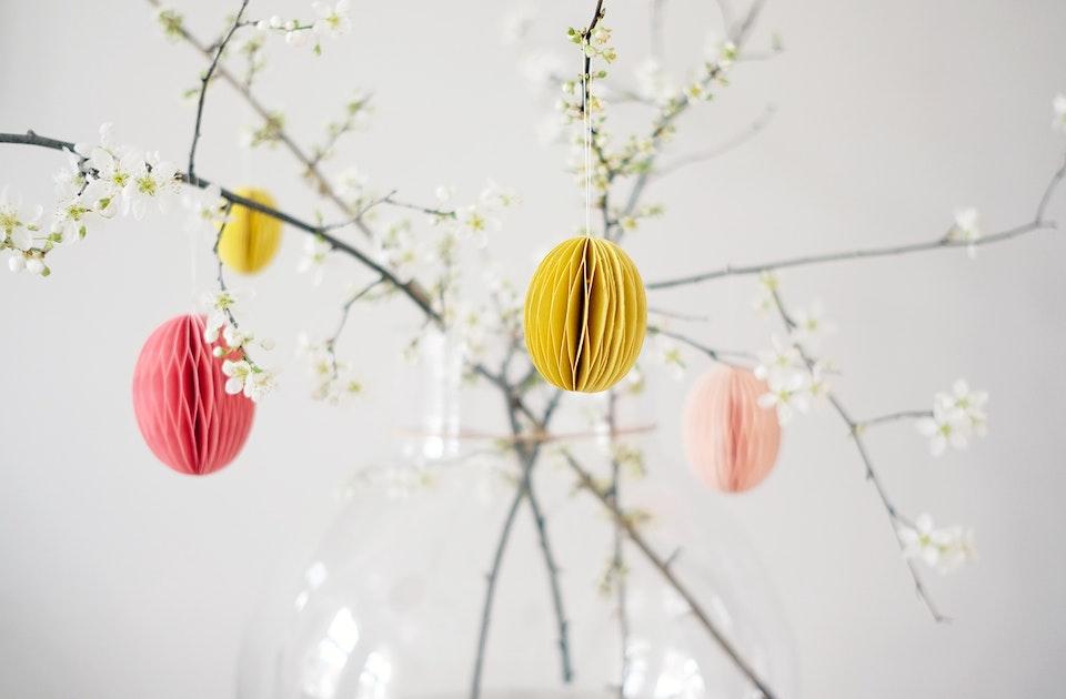 Zweige (Wildpflaume) frisch aus dem Garten, geschmückt mit bunten Wabeneiern (Bungalow Denmark)