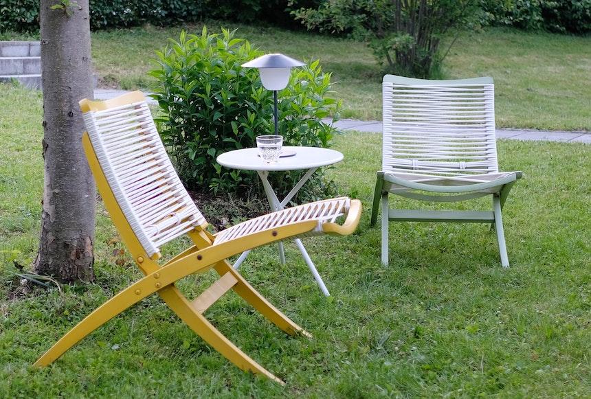 Retro-Style – Die ANI LAMP passt nicht nur zu den Vintage-Spaghetti-Loungesesseln (Herlag), sondern auch zu modernen Möbeln im Haus oder Garten