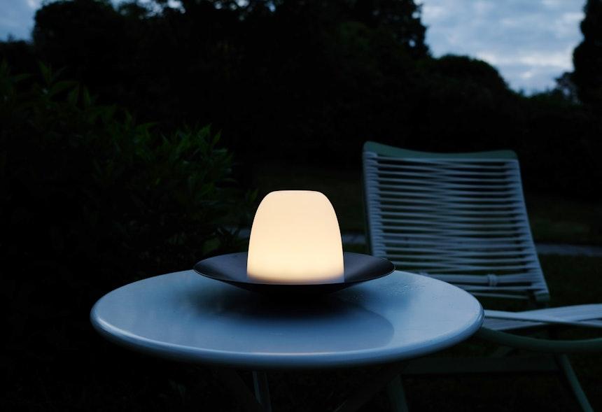 Zum Aufladen des Akkus wird der Lampenschirm in dieser Position auf eine mitgelieferte Ladeschale gesetzt (nicht im Bild)