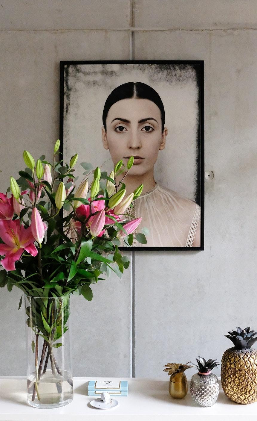 Lilienblüten vor Porträtkunst von Billy & Hells