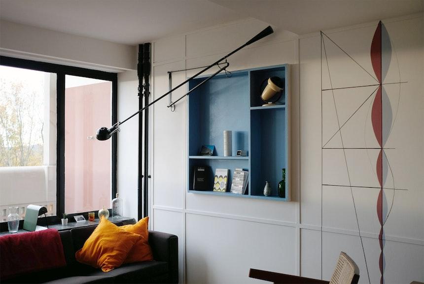 2,26 Meter Deckenhöhe, Wandverkleidung, eingelassenes Regal & Zeichnung ganz nach Le Corbusiers Vorstellung