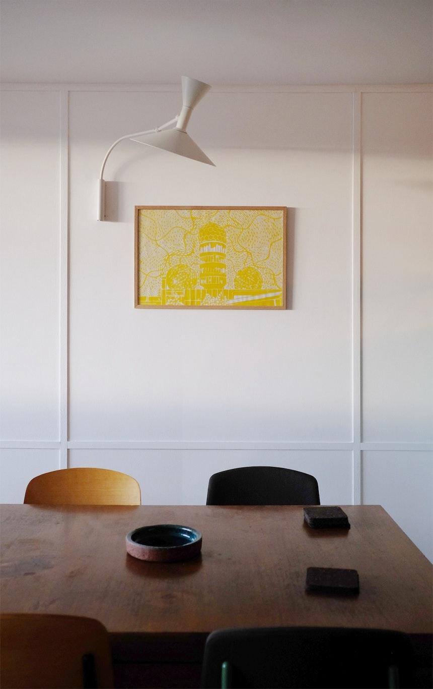 Holzleisten, die Kabelkanäle und Anschlüsse verdecken, Wandleuchte (Charlotte Perriand) und die Abhörstation auf dem Teufelsberg als Kunstwerk in Gelb