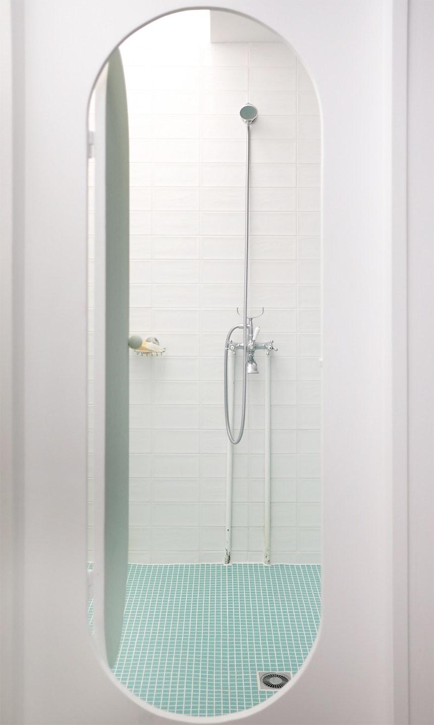 Eine ovale Tür führt in die Dusche hinein – eine Idee des Architekten Philipp Mohr
