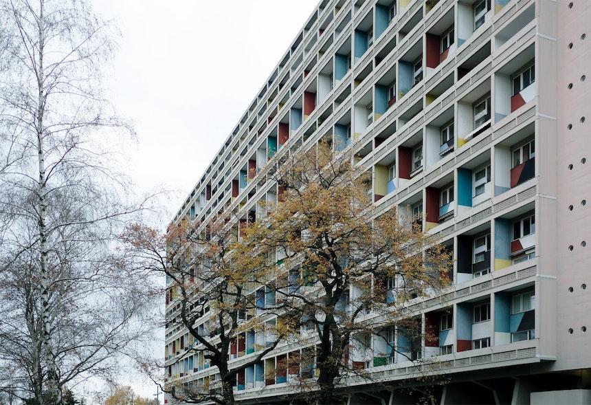 Blick vom 60.000 qm großen Park, der das Corbusierhaus umgibt und von der Straße abschirmt