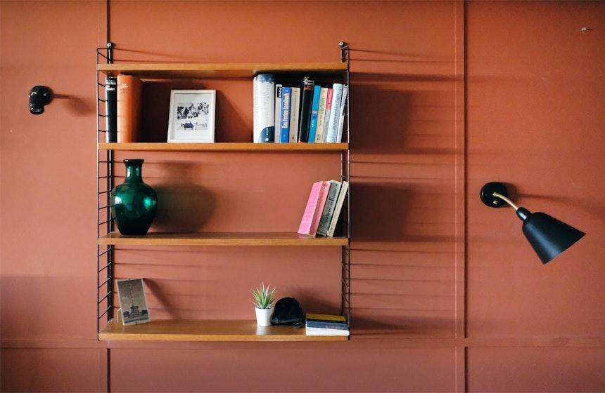 Die Farbe Siena taucht den Wohn- und Schlafbereich in ein warmes und strahlendes Licht