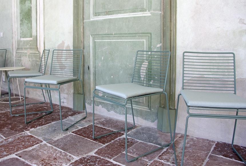 Die filigranen Stühle und Tische des dänischen Möbelherstellers HAY passen gut in das barocke Ambiente