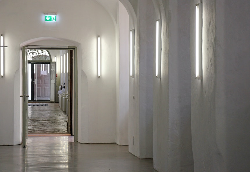 Modernes Lichtdesign in Fluren mit Kappendecken
