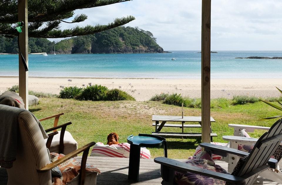 »Strandhütten« werden in Neuseeland als »Bach« bezeichnet, auch wenn es sich um schicke Beachhäuser handelt
