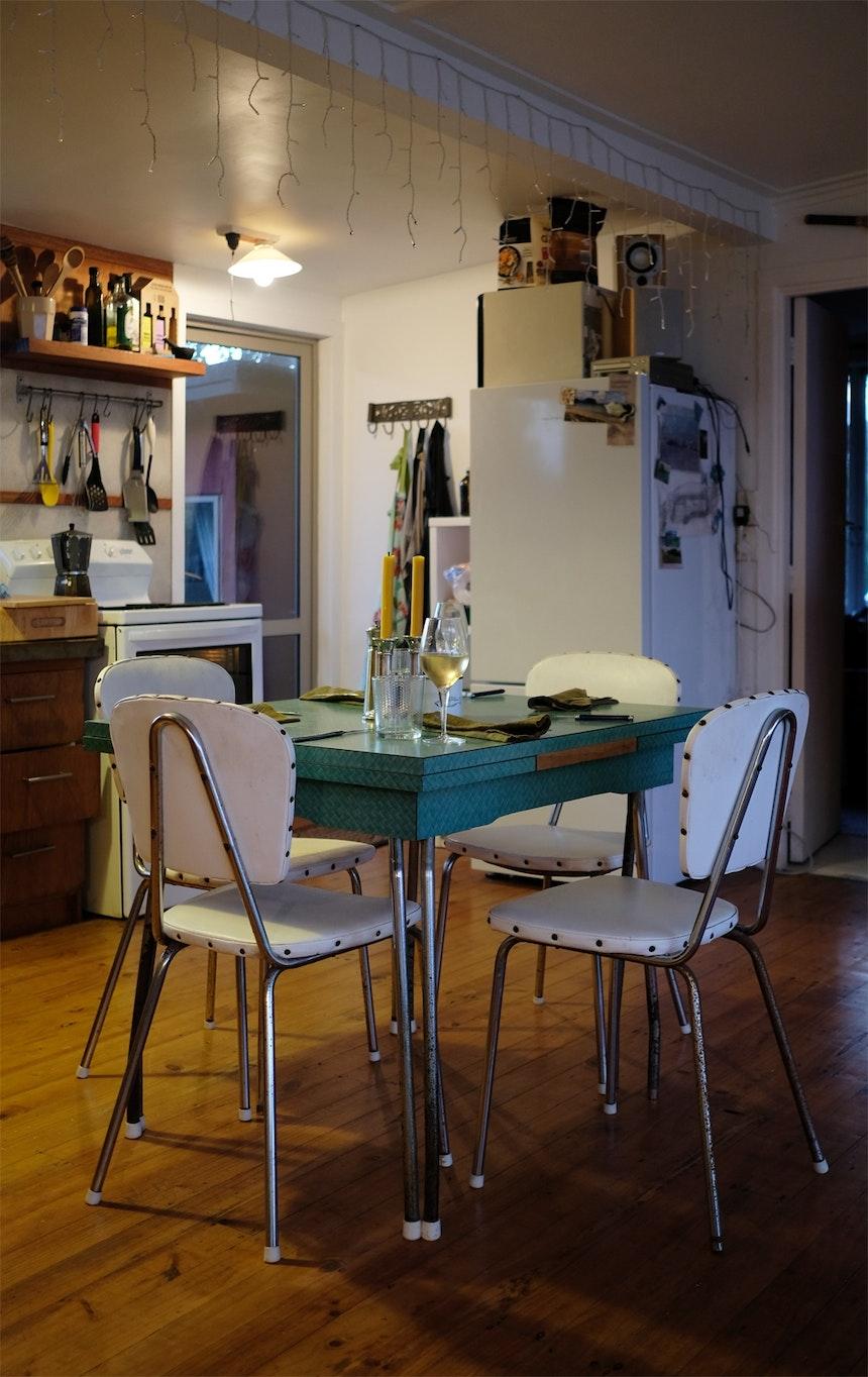 Wenn es draußen auf der Veranda zu frisch wird, isst man auch in der Küche an Möbeln aus den Fifties schön