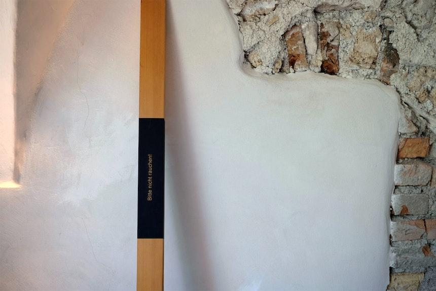 »Erinnerungsstäbe« mit kleinen Botschaften lehnen lässig an den Wänden der (Her)berge