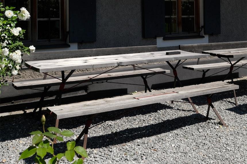 Tische und Bänke »Kampenwand« aus Tannenholz und Stahl, Design Nils Holger Moormann