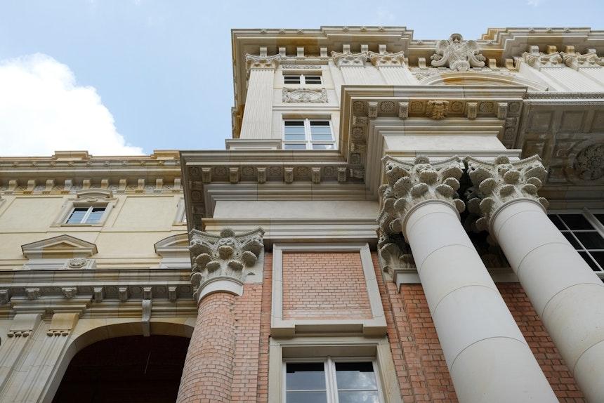 Barocke Fassaden, Säulen und Stuckelemente werden nach Original-Plänen wieder hergestellt