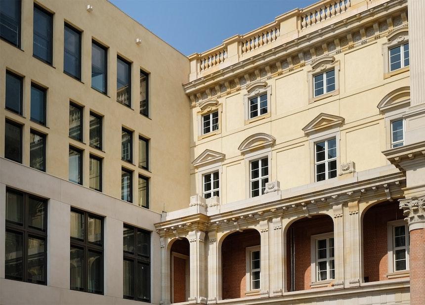 Zwei Baustile im Schlüterhof – Sichtbeton aus Weißzement an der Ostseite, barocke Gestaltung der übrigen Fassade