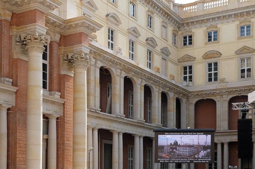 Im Schlüterhof wird der Bau des Humboldt Forums dokumentiert