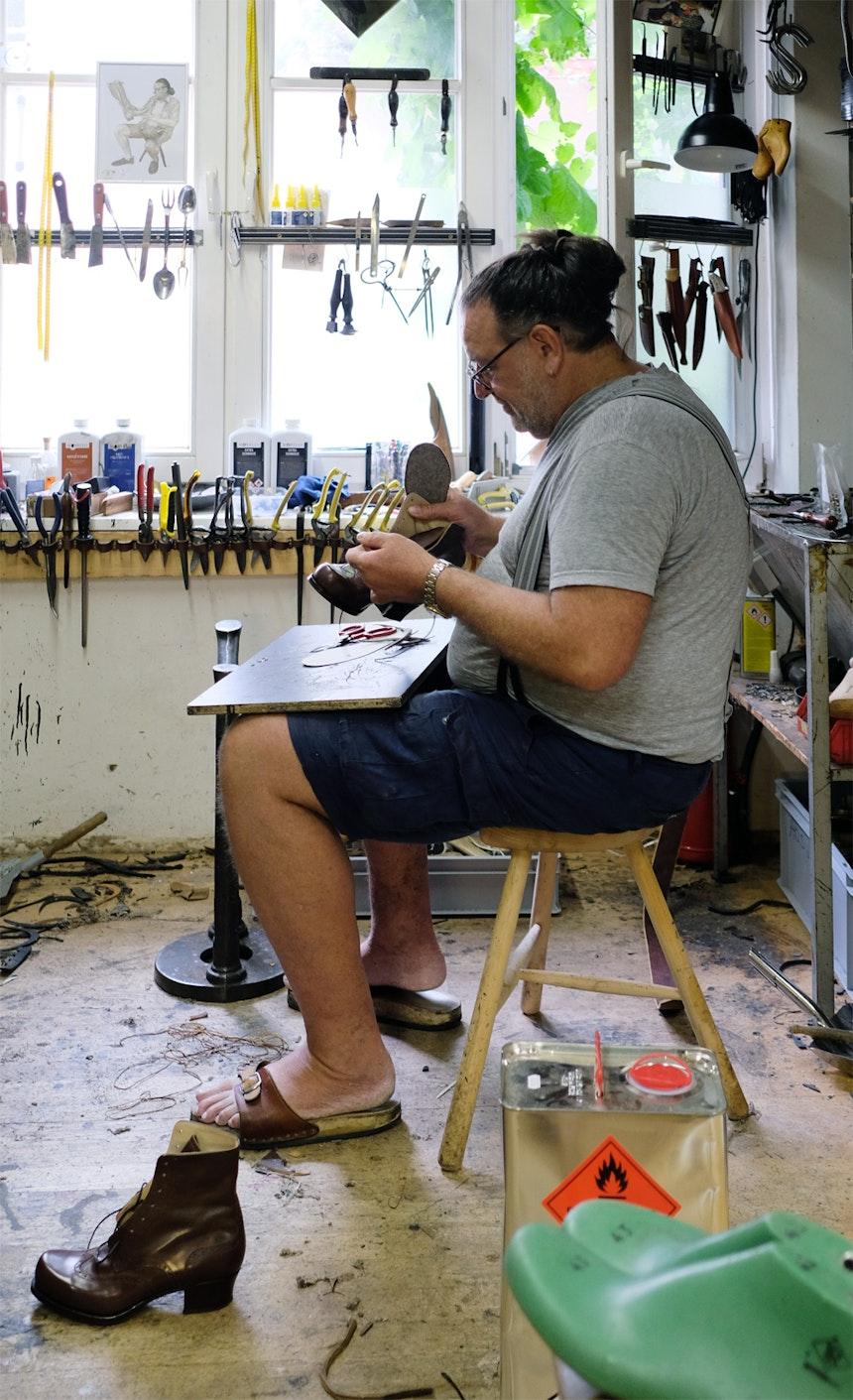 »Der Bertl« in seiner Hinterhof-Werkstatt