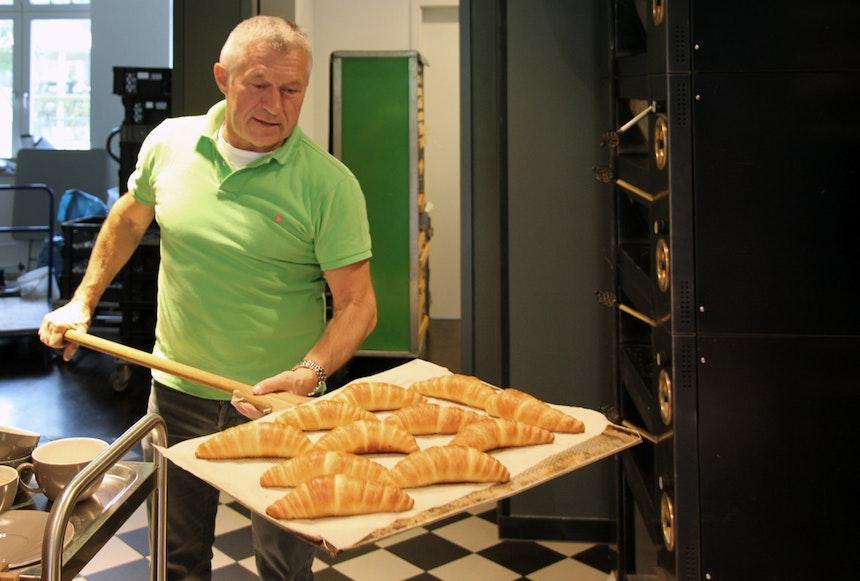 Bäckermeister Frank Fahland bei der Arbeit