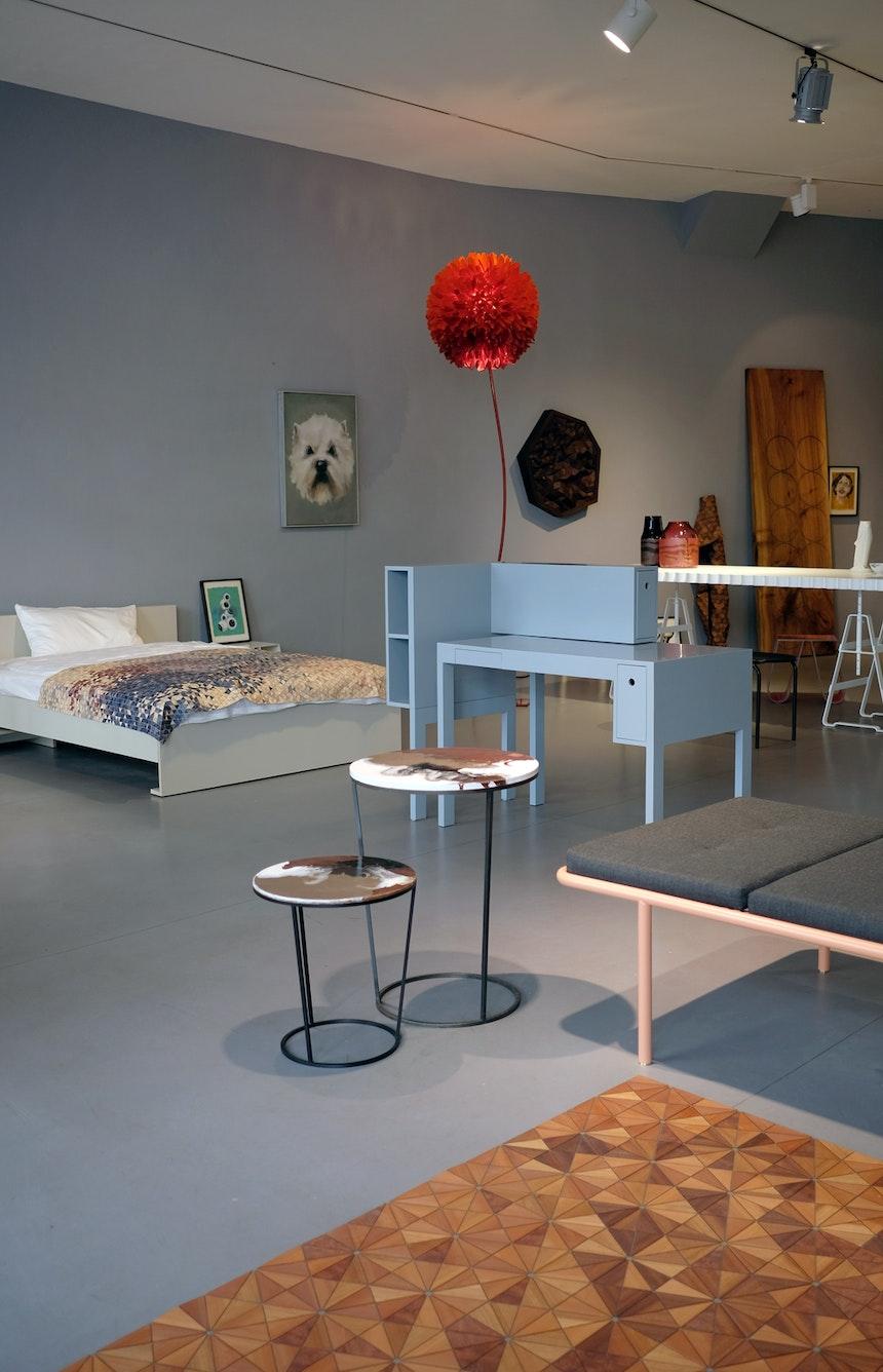 Bett & Sekretär, Design Martin Holzapfel, Holzteppich & Beistelltische, Design Elisa Strozyk, Daybed Atelier Haußmann
