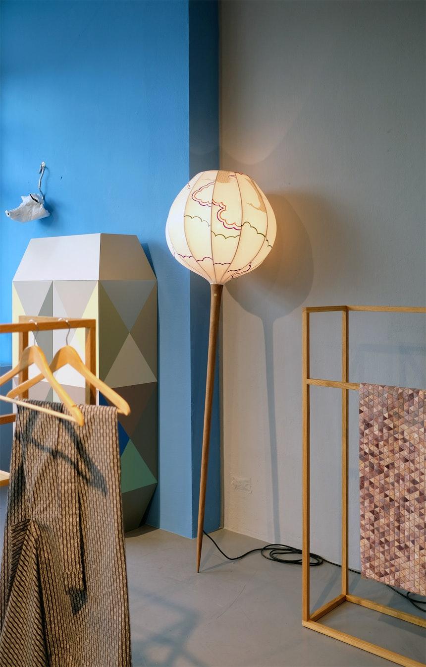 Hellebarde, Leuchte aus Nussbaumholz und Seidenkimonostoff, Design Tom Kühne, Stummer Diener, Design Martin Holzapfel