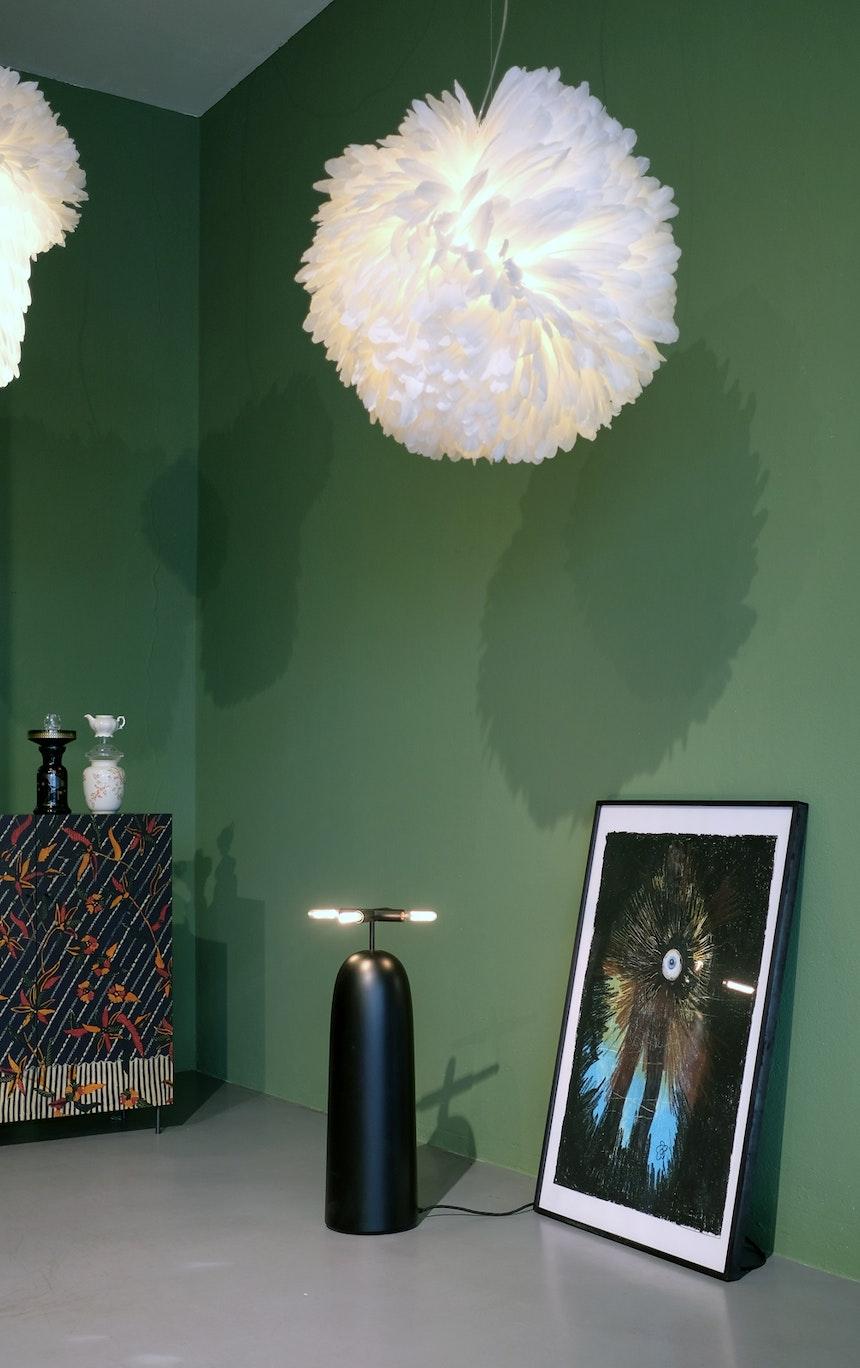 Kugel Twisted aus Gänsekielfedern, Design Heike Buchfelder/Pluma Cubic, Kommode Paradies & Bodenleuchte Kohlemine, Design Zascho Petkow