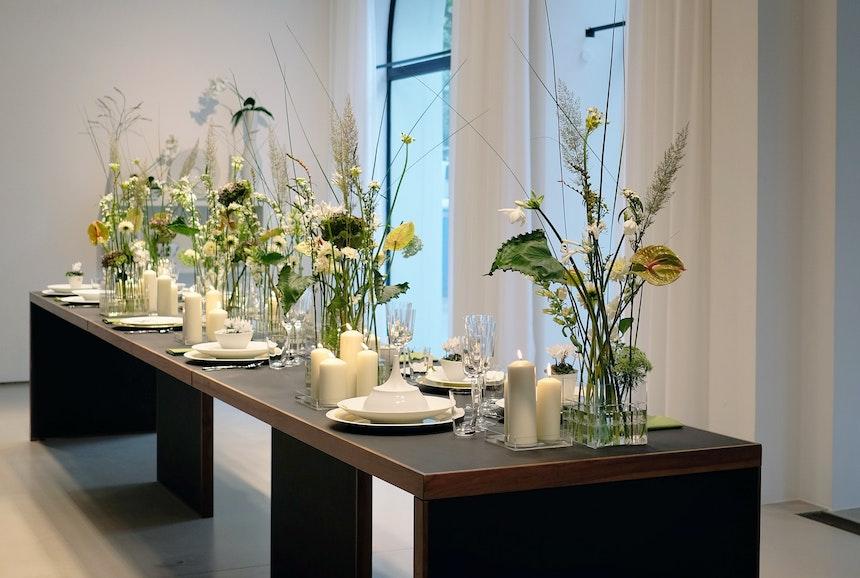 Porzellan von Hering Berlin, Tafelsilber der Wiener Silber Manufactur und Blumenschmuck von Björn Kroner