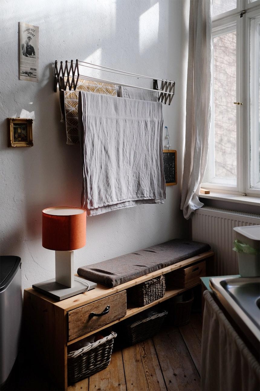 Sonnenplatz am Fenster zum Hof. Der ausziehbare Wäscheständer stammt von der Großmutter des Schwagers und dient Carolin als Inspiration für ein aktuelles Projekt...