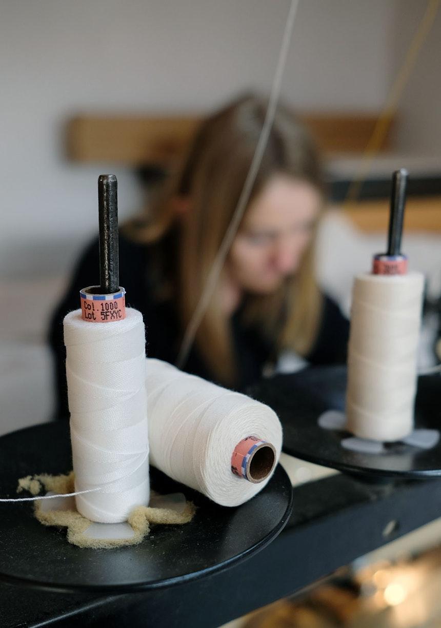 Näherin Daniela Gruber fertigt Outdoorkissen, Sonnensegel und Bespannungen für Sonnenschirme, Liege- und Regiestühle im Atelier