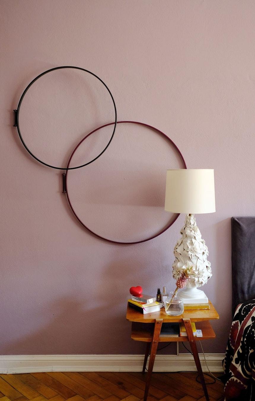 Schlafzimmer – Die Metallringe von Atelier Haussmann machen sich gut an der dunkelrosa Wand