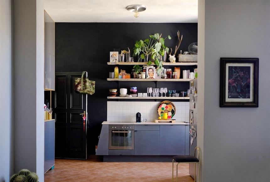 Blick in die Küche – Wände in Railings (F&B), vom Tischler angefertigte Fronten für IKEA-Küche