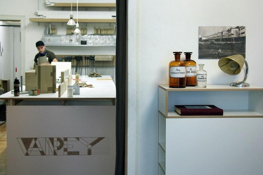 Werkstatt & Ausstellungsraum, rechts im Bild SchuhRegal SRR