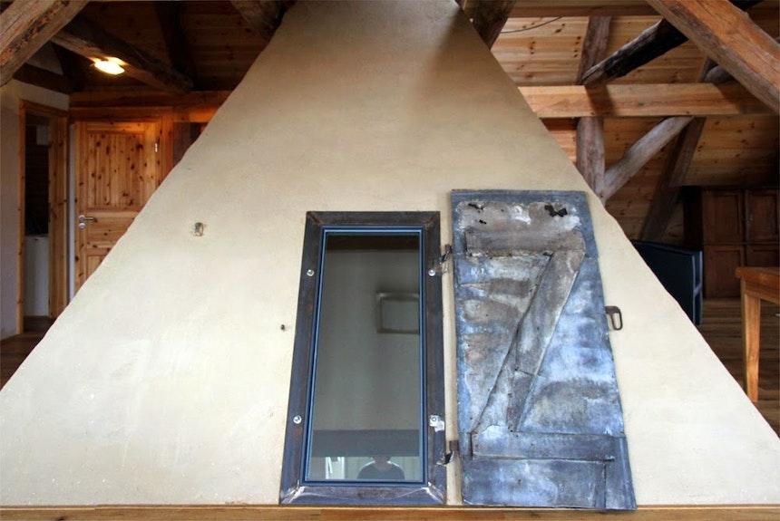 Der ehemalige Zugang zur Esse im ersten Stock – von hier blickt man durch das Fenster hinunter in den Flur