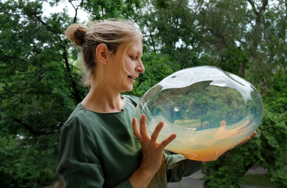 Designerin Simone Lüling mit einem irisierenden Lampenglas