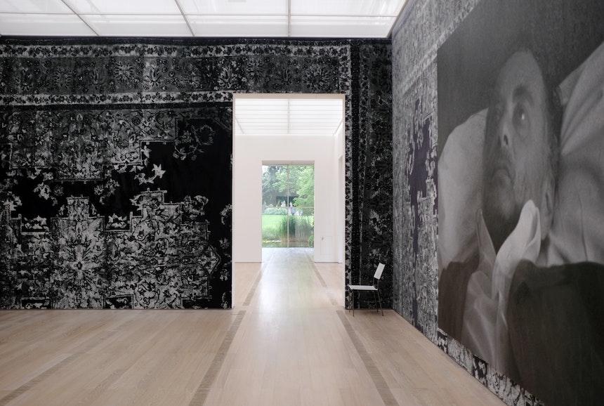 Sichtachse, Untitled (After Sam), 2006, Bildnis Rudolf Stingels, malerische Wiedergabe einer von seinem Künstlerkollegen Sam Samore angefertigten Fotografie