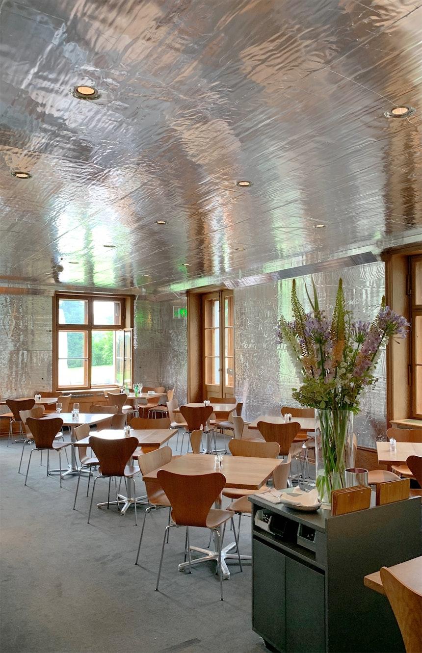 Für einige Wochen wurden die Wände des Museumsrestaurants zu Kunstwerken Rudolf Stingels (mit Aluminium beschichtete Schaumstoffplatten, Einritzungen), derzeit wegen Renovierungsarbeiten geschlossen