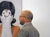 Thomas Olbricht beim Betrachten des Kunstwerks vonŠejla Kamerič:»30 Years After«, 2006