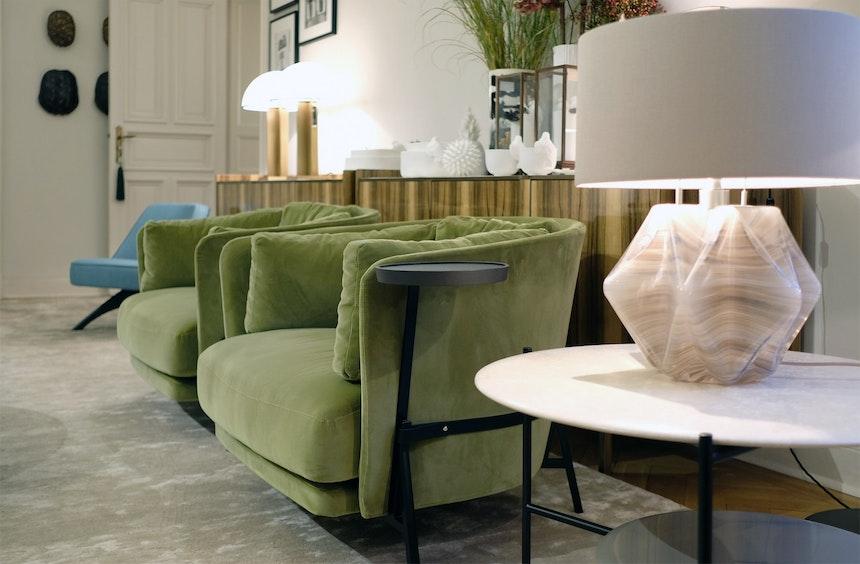 Sessel Cradle, Design Neri&Hu für Arflex, mit integriertem Beistelltisch, Sideboard im Scandi-Stil aus Limba-Holz