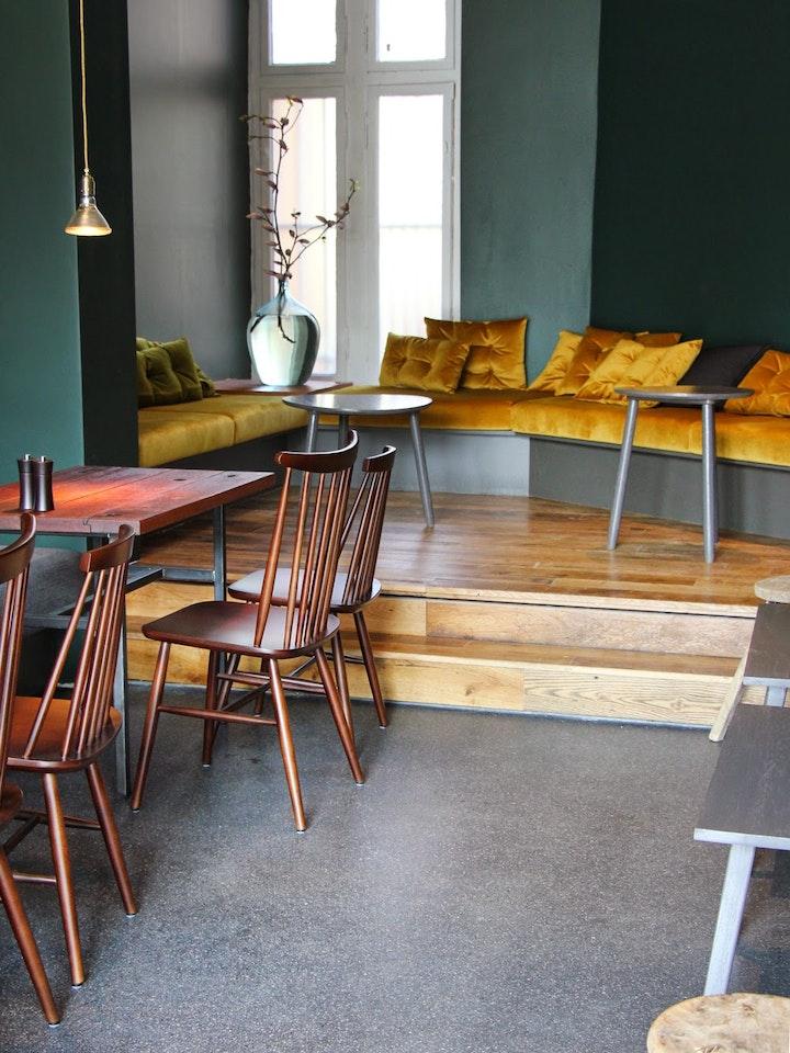 Die gemütliche Yellow-Lounge mit Blick ins Café
