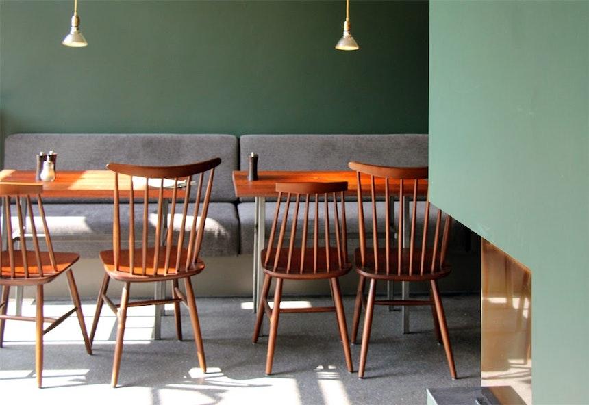 Kamin, lange Sitzbank & das warme »Carriage Green« vonFarrow & Ball