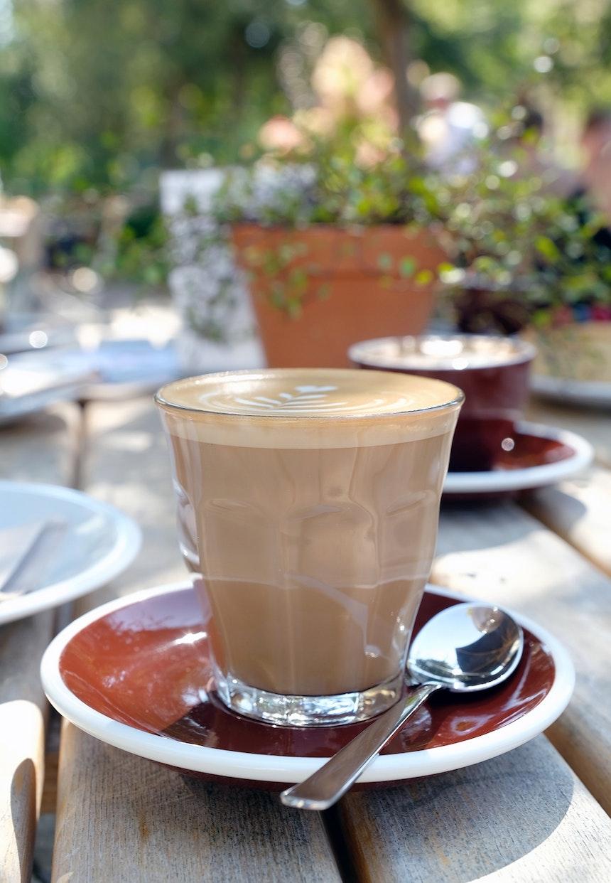 Cortado, Cappuccino, Espresso, Milchkaffee  und noch viele andere Kaffeespezialitäten (Hafen Silber/Espressonisten) werden im Glas oder in Porzellantassen von Acme serviert