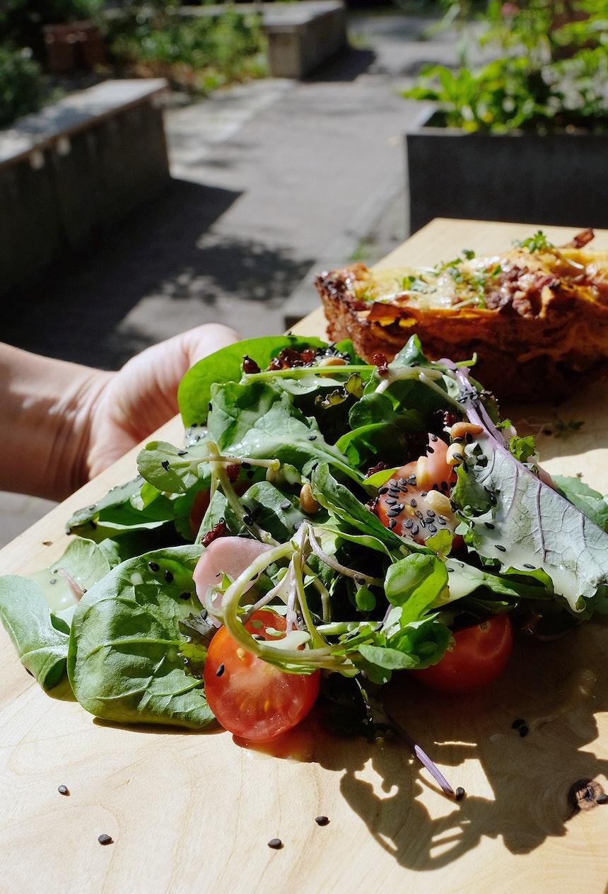Tagesgericht auf dem Holzbrettchen (Andreas Richter) – Lasagne mit Pflücksalat