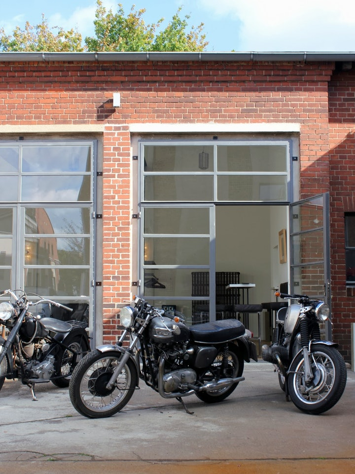 Cool, oder? Die Motorräder standen zum Fototermin gerade im Hof...