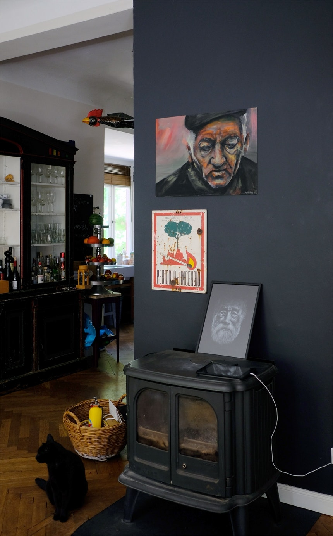Ofenecke & Kunst (der Tochter)  vor dunkel gestrichenen Wänden (Railings, F&B)